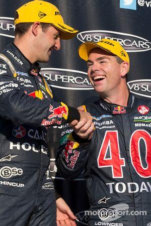 Il vincitore della gara Hamie Whincup e Craig Lowndes, che ha colto il terzo posto
