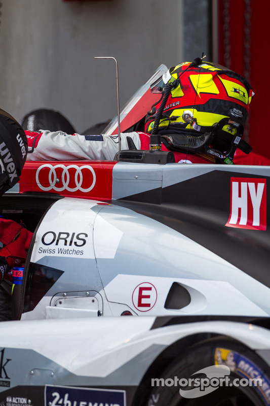 Benoit Tréluyer pegando o the #2 Audi Sport Team Joest Audi R18 E-Tron Quattro