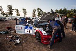 Typisch Nürburgring-plaatje #78 Hofor Racing BMW M3 GTR wordt gerepareerd op een openbare parkeerpla
