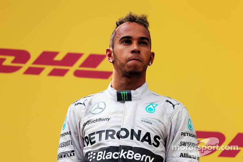 Su paso a Mercedes pareció liberar a Hamilton, que comenzó a experimentar con diferentes cortes de pelo, a hacerse más tatuajes y aumentar sus actividades fuera de pista.