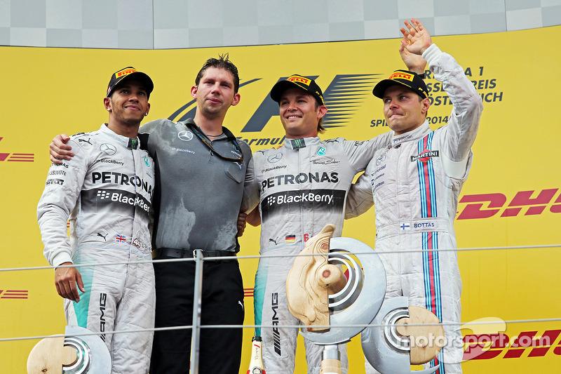Podio: Ganador de la carrera Nico Rosberg, Mercedes AMG F1, segundo lugar Lewis Hamilton, Mercedes A