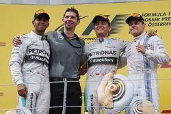Primeiro lugar: Nico Rosberg, Mercedes AMG F1, com segundo colocado Lewis Hamilton, Mercedes AMG F1 W05 e terceiro colocado Valtteri Bottas, Williams FW36