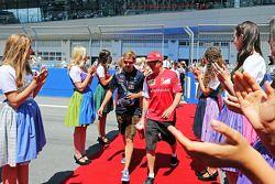 Sebastian Vettel, Red Bull Racing con Kimi Raikkonen, Ferrari en el desfile de pilotos