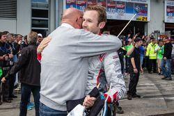 Racewinnaar René Rast viert feest met voormalig Audi quattro GmbH-baas Werner Frowein