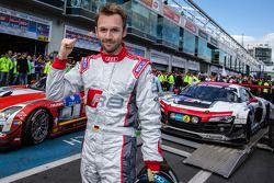 Racewinnaar René Rast viert feest
