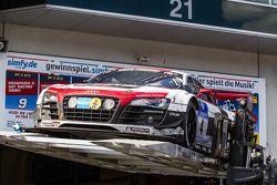 De winnende #4 Phoenix Racing Audi R8 LMS ultra wordt geplaatst op het autopodium