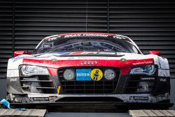De winnende #4 Phoenix Racing Audi R8 LMS ultra op het autopodium