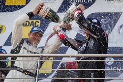 Podium: champagne voor Lance David Arnold en Jeroen Bleekemolen