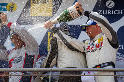 Podium: champagne pour Markus Winkelhock et Nico Bastian