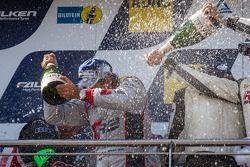 Podium: champagne voor Markus Winkelhock en Nico Bastian