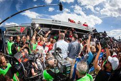 Phoenix Racing teamleden vieren de overwinning