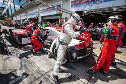 Pitstop voor #4 Phoenix Racing Audi R8 LMS ultra: Christopher Haase, Christian Mamerow, René Rast, Markus Winkelhock