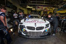 #20 Schubert Motorsport BMW Z4 GT3: Jens Klingmann, Dominik Baumann, Claudia Hürtgen, Martin Tomczyk : Dans le garage pour des réparations à 2 heures de l'arrivée