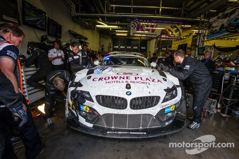 #20 Schubert Motorsport BMW Z4 GT3: Jens Klingmann, Dominik Baumann, Claudia Hürtgen, Martin Tomczyk inos boxes, para reparos, a duas horas do fim