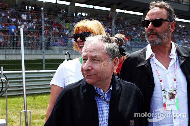 Jean Todt, presidente della FIA con Jean Reno, attore, sulla griglia