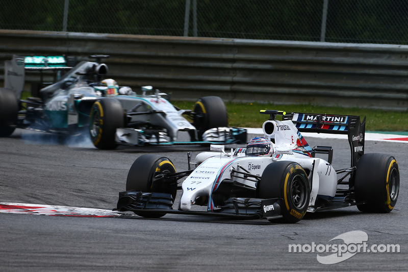 Valtteri Bottas, Williams FW36 davanti a Lewis Hamilton, Mercedes AMG F1 W05