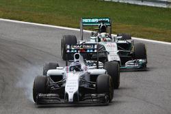 Valtteri Bottas bloque ses roues devant Lewis Hamilton