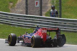 Daniil Kvyat, Scuderia Toro Rosso STR9 with a broken rear suspension and de tyre