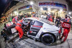 Pitstop voor #4 Phoenix Racing Audi R8 LMS ultra: Christopher Haase, Christian Mamerow, René Rast, M