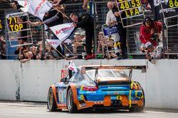 #71 Kremer Racing Porsche 997 GT3 KR: Eberhard Baunach, David Schiwietz : Après le drapeau à damier