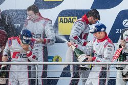 Podium: racewinnaars Christopher Haase, Christian Mamerow, René Rast, Markus Winkelhock vieren feest