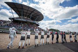 Mercedes-AMG-coureurs salueren naar de fans op de Mercedes-Benz tribune