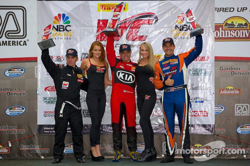 GTS Podio vincitori: Jack Roush Jr. (secondo, a sinistra), Nic Jonsson (primo, al centro), Tony Buffomante (terzo, a destra)