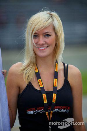 JCR Motorsports bayrağı kızı