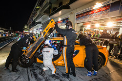 Pit stop per # 69 Dörr Motorsport McLaren MP4-12C: Arno Klasen, Rudi Adams, Alvaro Parente, Sebastia