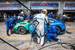 Pitstop voor #44 Falken Motorsports Porsche 997 GT3 R: Peter Dumbreck, Wolf Henzler, Alexandre Imper
