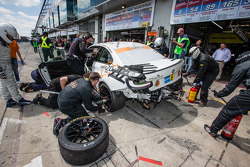 Pitstop voor #312 BMW M235i Racing: Jörg Wiskirchen, Carsten Welschar, David Ackermann