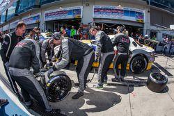 Arrêt au stand - #22 Rowe Racing Mercedes-Benz SLS AMG GT3: Maro Engel, Nico Bastian, Christian Hohenadel, Michael Zehe