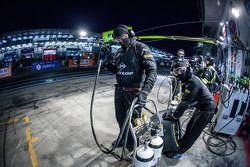 Walkenhorst Motorsport takım üyeleri pitstop için hazır