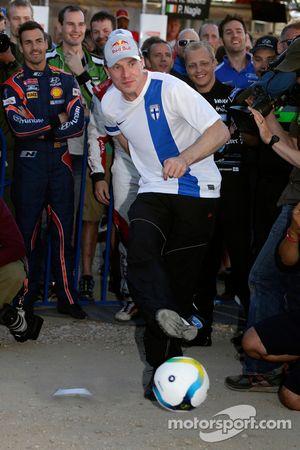 Jari-Matti Latvala joue au football