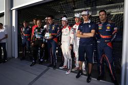 WRC-coureurs poseren voor foto's na een potje voetbal