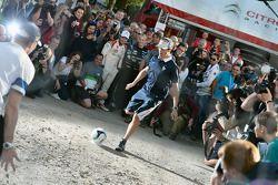 Sébastien Ogier gioca a calcio