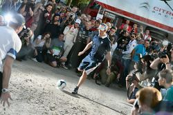 Sébastien Ogier joga futebol