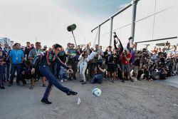 Thierry Neuville joga futebol