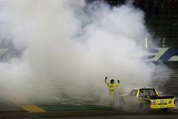 Vencedor da corrida Kyle Busch celebra