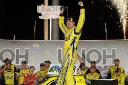 Il vincitore della corsa Kyle Busch festeggia
