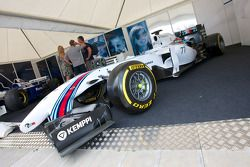 Williams-Mercedes FW36 in de F1-paddock