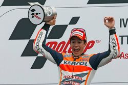 Yarış galibi Marc Marquez kutlama yapıyor