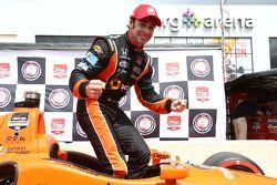Simon Pagenaud birinci yarışta pole kutlaması yapıyor