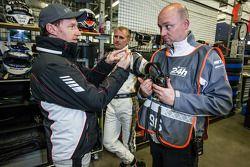 Thomas Jäger en Richard Göransson met Rowe Racing teammanager Hans-Peter Naundorf