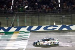 Brad Keselowski, Team Penske Ford conquista a vitória