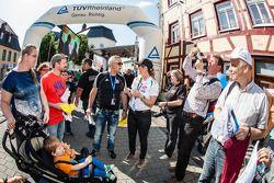 Sabine Schmitz avec des fans