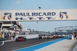 Start: #98 ART Grand Prix McLaren MP4-12C: Gregoire Demoustier, Nicolas Lapierre, Alvaro Parente lea