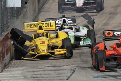 Helio Castroneves, Penske Racing Chevrolet crashes