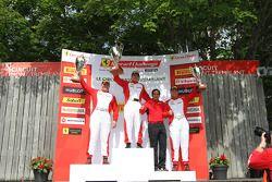 法拉利挑战赛领奖台:冠军卡洛斯·孔德,第二名乔恩·贝克尔,第三名克里斯·鲁德