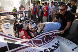 Romain Dumas festeggia la vittoria assoluta con Norbert Santos e il team